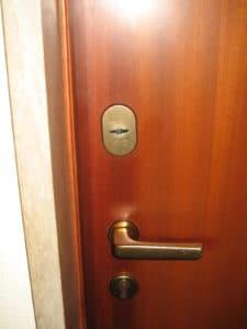2-porta-serratura-standard-esterno-prima-della-conversione